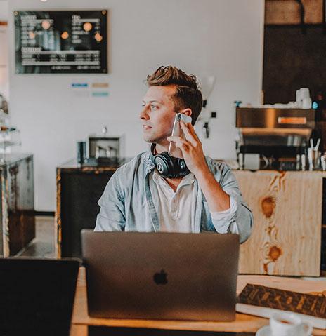 hombre hablando por teléfono en la cafetería